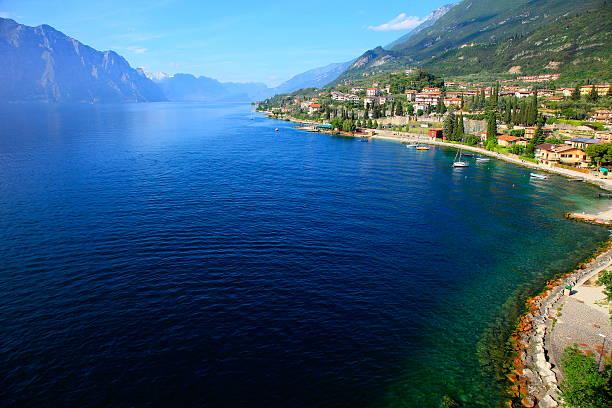idyllische und blue lake garda-malcesine castle, italien - ferienhaus am gardasee stock-fotos und bilder