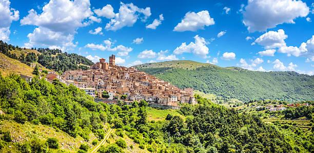 Idílica apennine mountain village, por ejemplo, Castel del Monte, L'Aquila, Abruzzo, Italia - foto de stock
