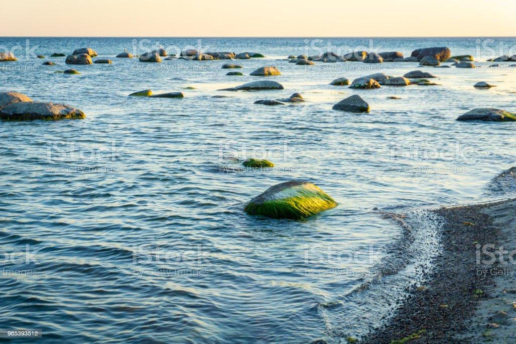La mer Baltique idyllique avec un jour en été, les roches à Bornholm, Danemark - Photo de Bleu libre de droits