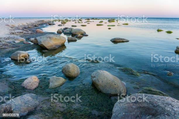 여름에는 하루에 덴마크 보 른 홀 름 바위와 목가적인 발트 해 0명에 대한 스톡 사진 및 기타 이미지