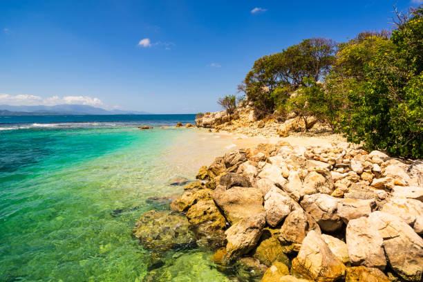 Idyllischer Strand in Labadee Island, Haiti. Exotischer wilder tropischer Strand mit weißem Sand und klarem türkisfarbenem Wasser – Foto