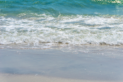 Idyllische Strand Met Heldere Water En Golven In Bornholm Denmark Op Een Dag In De Zomer Stockfoto en meer beelden van Achtergrond - Thema