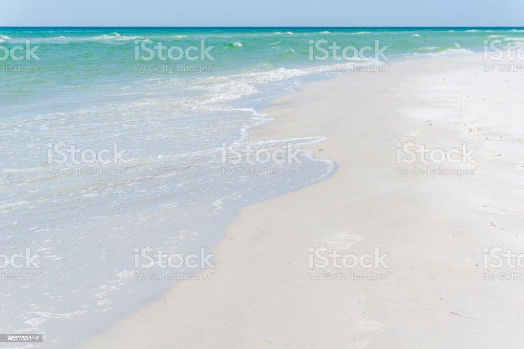 Idyllische strand met heldere water en golven in Bornholm, Denmark op een dag in de zomer - Royalty-free Achtergrond - Thema Stockfoto