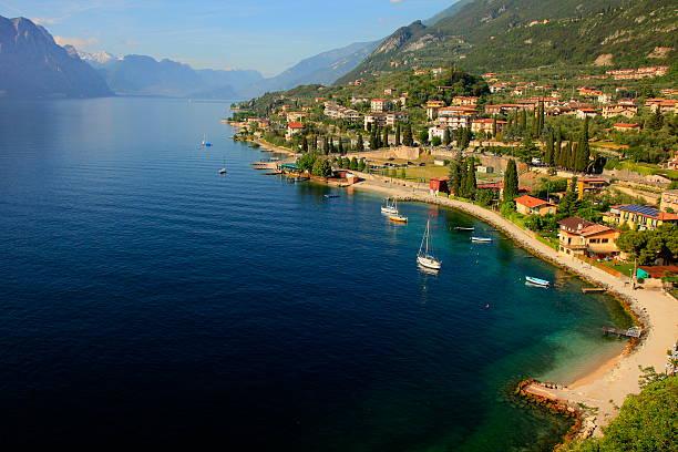idyllische blue lake garda-über von malcesine, italien - ferienhaus am gardasee stock-fotos und bilder
