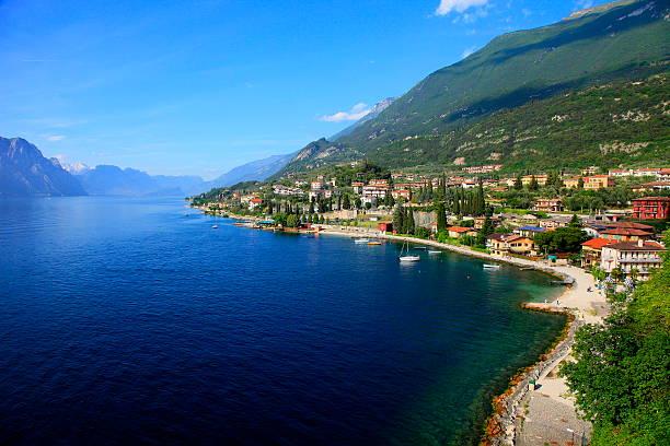 idyllische blue lake garda & mountain range, italien - ferienhaus am gardasee stock-fotos und bilder
