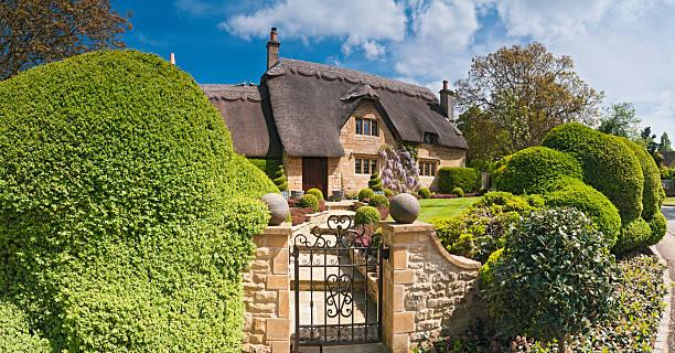idyllic country cottage thatched roof pretty summer gardens cotswolds uk - kır evi stok fotoğraflar ve resimler