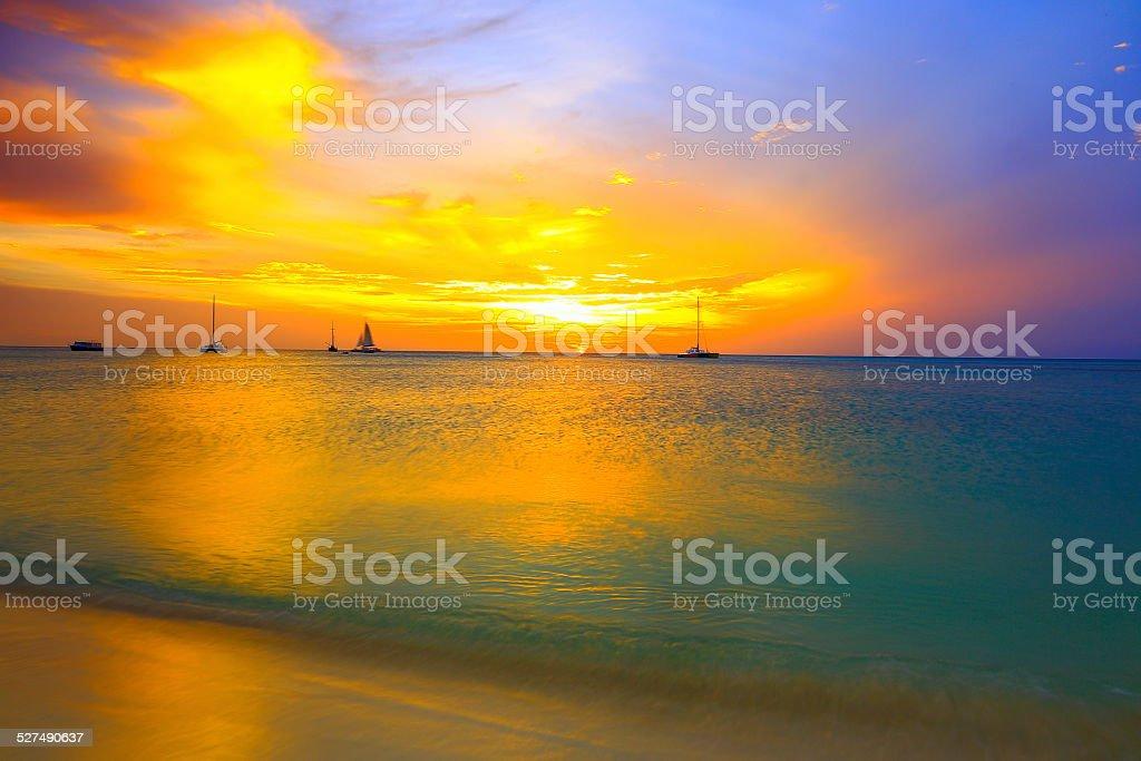 Sielanka dramatyczny zachód słońca i statków w Palm Beach na Arubie, Karaiby – zdjęcie