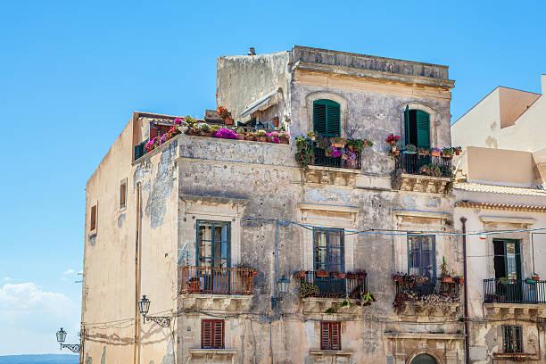 idyllische häuser in sizilien, italien - ortygia stock-fotos und bilder