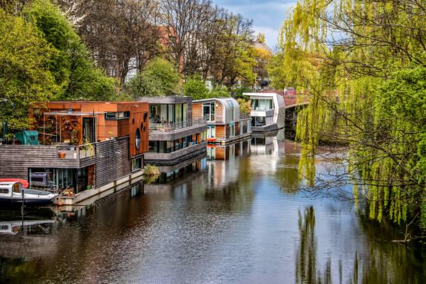 Idyllische Hausboote am Kanal – Foto