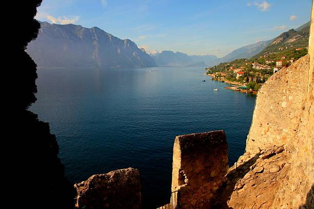 idyllische gardasee von malcesine castle, italien - ferienhaus am gardasee stock-fotos und bilder