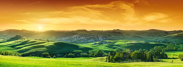 Idyllische Landschaft Grün Felder in der Toskana bei Sonnenuntergang – Foto