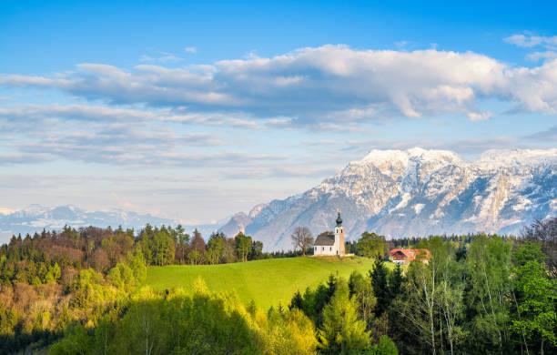 idyllischen kleinen kirche auf einem hügel, bayern, deutschland - münchen weather stock-fotos und bilder