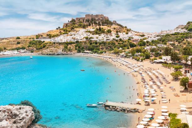 Idyllische Paradieslandschaft des Ferienortes Lindos auf der Insel Rhodos, Griechenland. Das Konzept des Urlaubs in den Tropen und historischen Städten – Foto