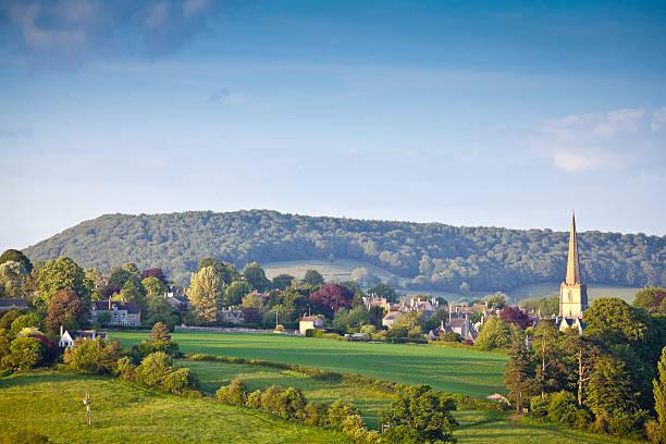 ländliche idylle, cotswolds uk - kirchturmspitze stock-fotos und bilder