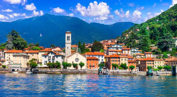 idyllisch landschap van het prachtige meer lago di como, torno dorp. lombradia, italië - como italië stockfoto's en -beelden