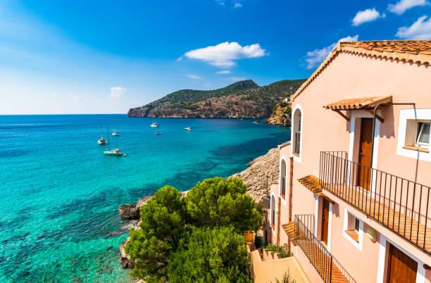Vue sur la mer idyllique sur la côte sur l'île de Majorque, bord de mer baie de Camp de Mar - Photo