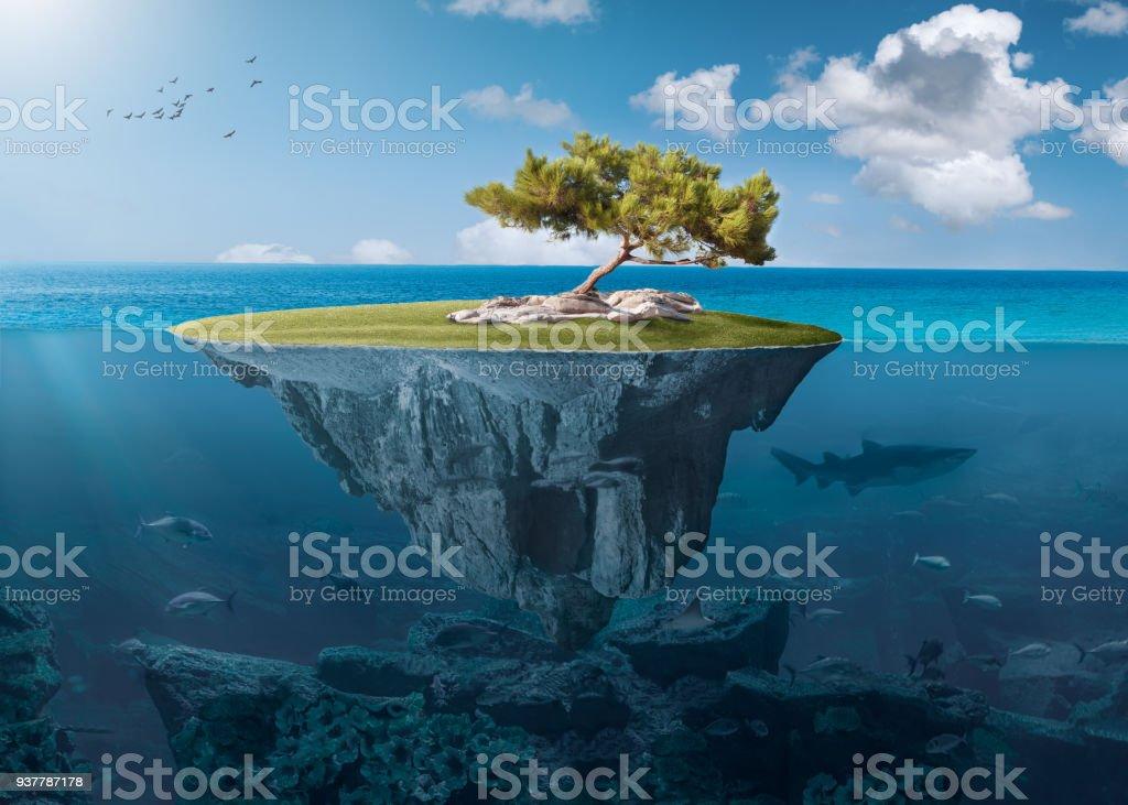 Idílico islote con solitario árbol de profundidad en el océano - foto de stock