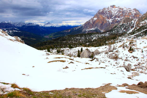 idyllische schneebedeckten lagazuoi falzarego pass, dolomiten gebirge, majestätischen gewitterwolken panorama, italien tirol alpen - seiser alm stock-fotos und bilder