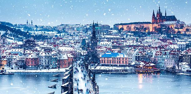 idyllische verschneiten tag in prag - weihnachtsstadt stock-fotos und bilder