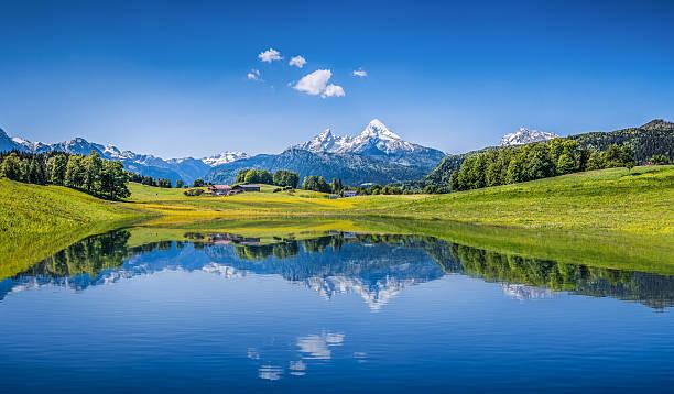 Idyllische Sommer Landschaft mit klaren mountain lake in den Alpen – Foto