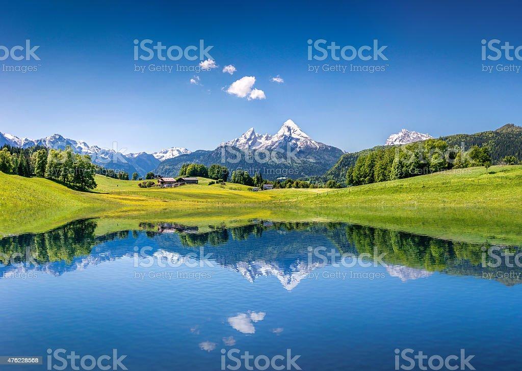 Idilliaco paesaggio estivo con Lago di montagna nelle Alpi - foto stock