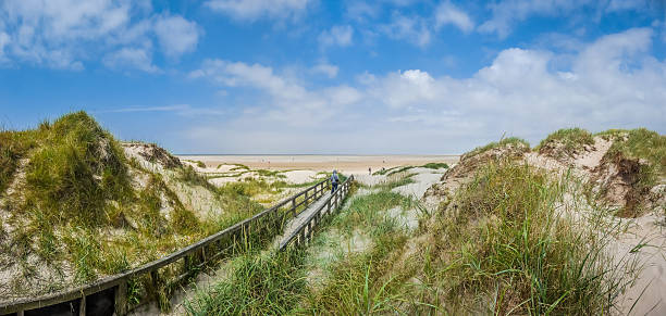 idyllische blick auf europäischen nordsee düne landschaft am strand - sylt urlaub stock-fotos und bilder