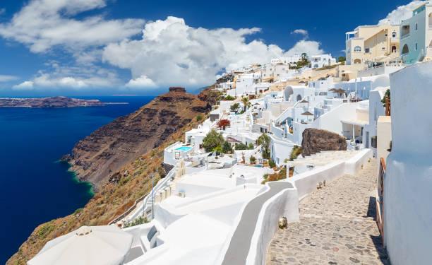 idyllischer blick auf santorini. weiße architektur. griechenland. - fira stock-fotos und bilder