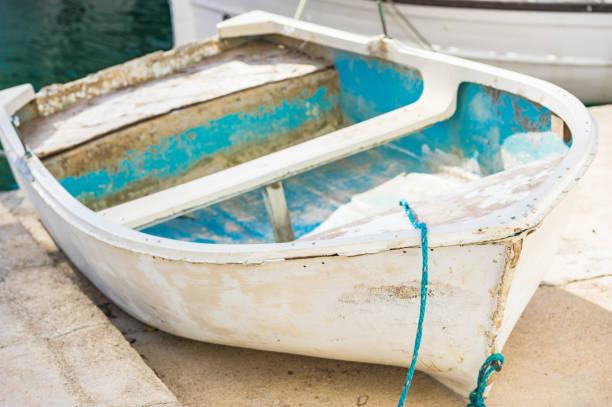 Visão idílica de barco a remo de madeira vintage - foto de acervo