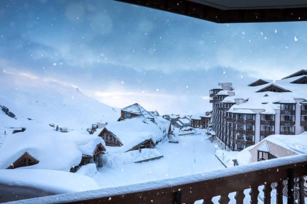 idyllische wintermorgen in val thorens dorf - hotel alpenblick stock-fotos und bilder