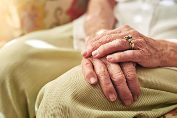 si les mains pouvaient parler quelle histoire se disent-ils? - veuve photos et images de collection