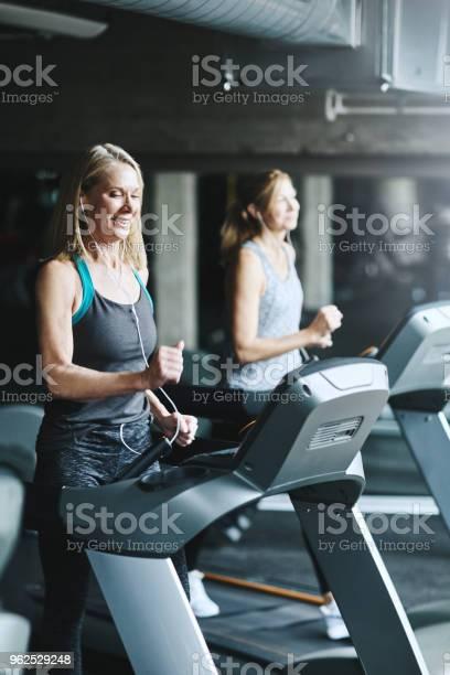 Foto de Se Você Quer Envelhecer Graciosamente Pensar Em Ficar Em Forma e mais fotos de stock de Academia de ginástica