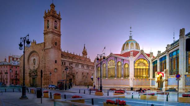 iglesia de los santos juanes en de centrale markt van valencia - valencia stockfoto's en -beelden