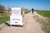 ignorieren der Warnschilder zu den Steilküstenabbrüchen an der Ostsee beim Ostseebad Ahrenshoop