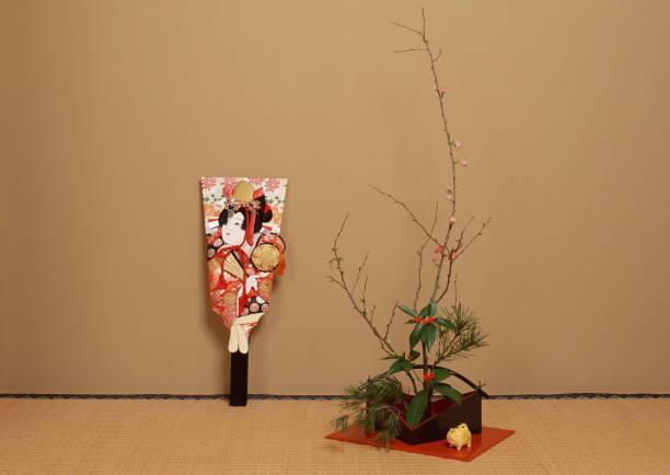 ikebana und battledore - pflaumen wände stock-fotos und bilder