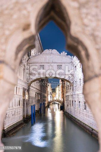 Il famoso ponte dei Sospiri, uno dei ponti più celebri di Venezia, incorniciato negli archi del Ponte della Paglia in una notte tranquilla fra i canali della Serenissima.