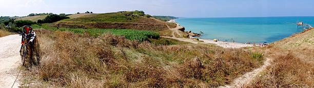 il sentiero al mare il - abruzzo cycle path foto e immagini stock