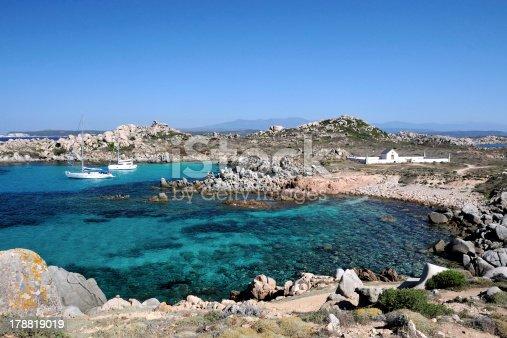 Vue sur une crique des îles Lavezzi, en Corse