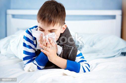 krank mann liegen im bett stock fotografie und mehr bilder von allergie istock. Black Bedroom Furniture Sets. Home Design Ideas