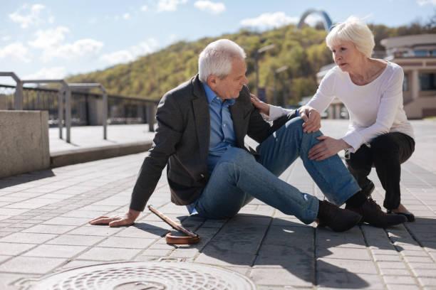 Pensionné malade ayant des douleurs au genou à l'extérieur - Photo