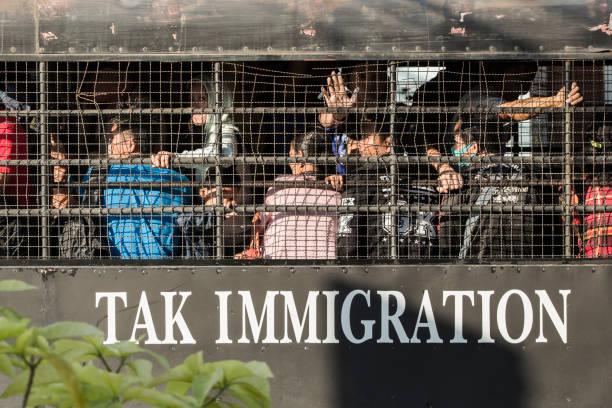 illegal immigrants - burma home do zdjęcia i obrazy z banku zdjęć