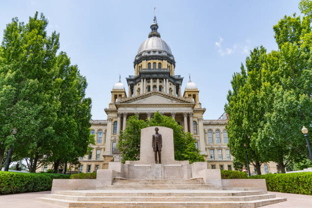 Illinois State Capital Building Abraham Lincoln statue in front of the Illinois State Capital Building in Springfield, Illinois state capitol building stock pictures, royalty-free photos & images