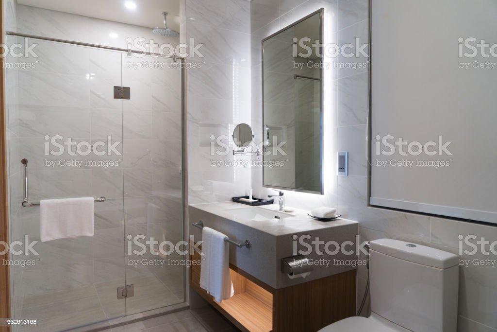 Iluminación Cuarto De Baño Con Una Toalla Limpia Foto de ...