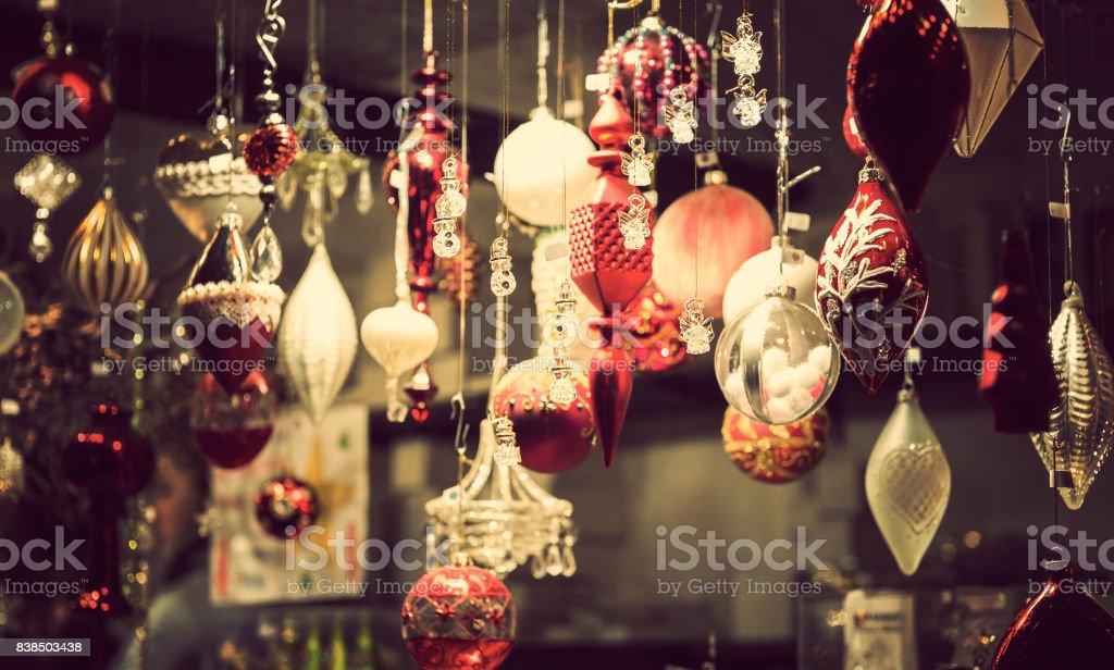 Beleuchtete Christmas fair Kiosk mit vielen leuchtenden Deko-Ware – Foto