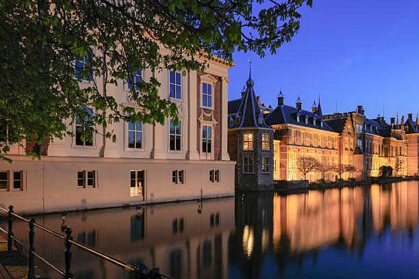 illuminated dutch parliament buildings in the hague - mark rutte stockfoto's en -beelden