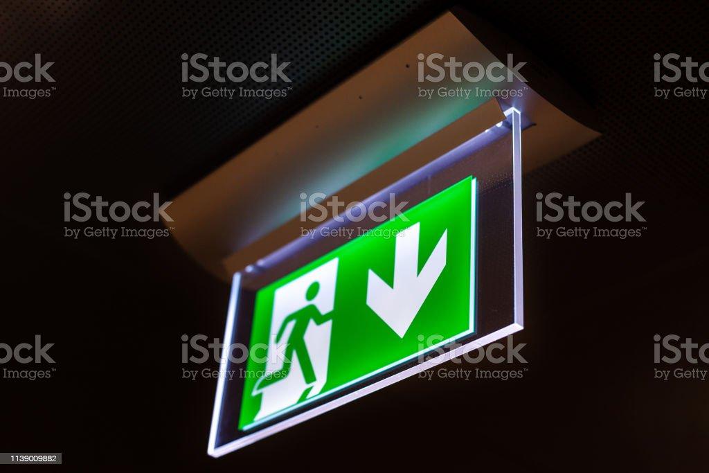 Verlichte groene nooduitgang bord
