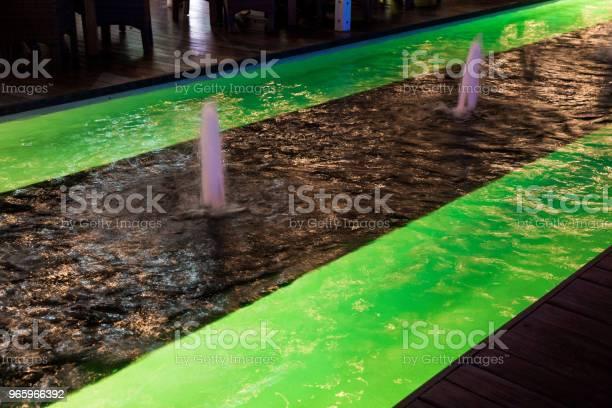 Освещенный Зеленый Светодиодный Свет Рядом С Фонтаном — стоковые фотографии и другие картинки Абстрактный