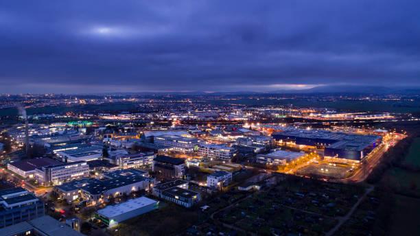 verlichte industriegebied in de schemering - industriegebied stockfoto's en -beelden