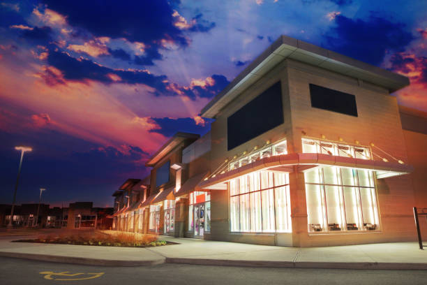Beleuchteter Marktplatz-Store in Sunset – Foto