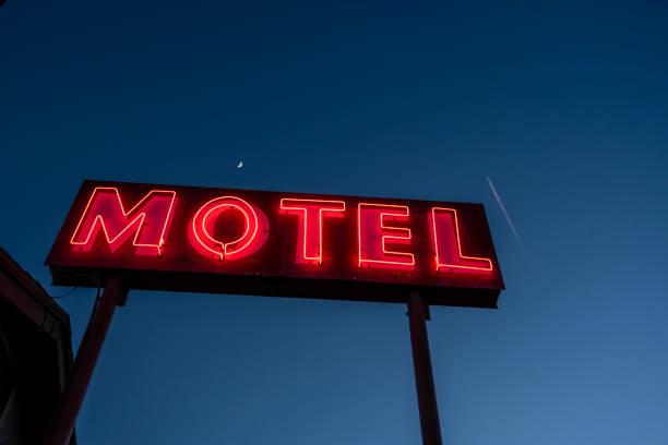 podświetlany neon motel znak czerwone litery ciemnoniebieskie niebo - motel zdjęcia i obrazy z banku zdjęć
