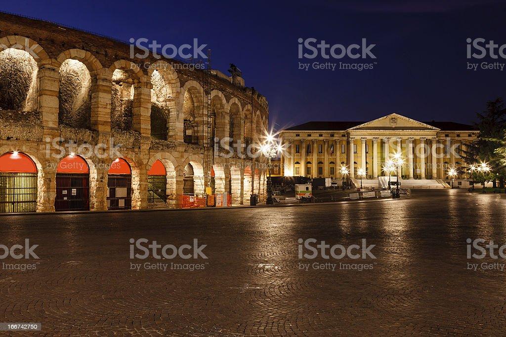 Illuminato Piazza Bra a Verona e antico anfiteatro - foto stock